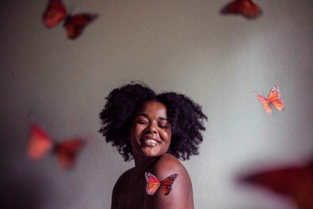 Femme noire sourire papillons